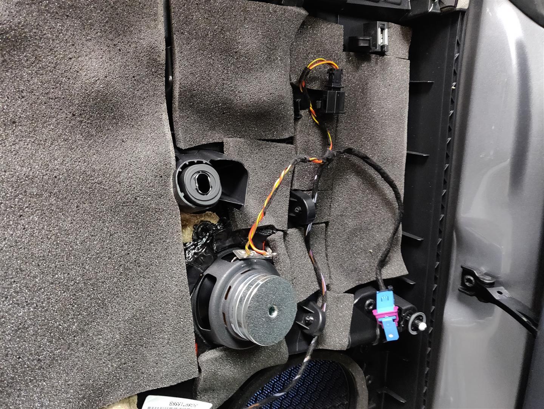 Der Mitteltöner ist absteckbar um die Türverkleidung leicht entfernen zu können.