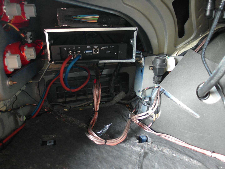 Maserati 4200 GT - DSP-Verstärker hinten links im Kofferraum