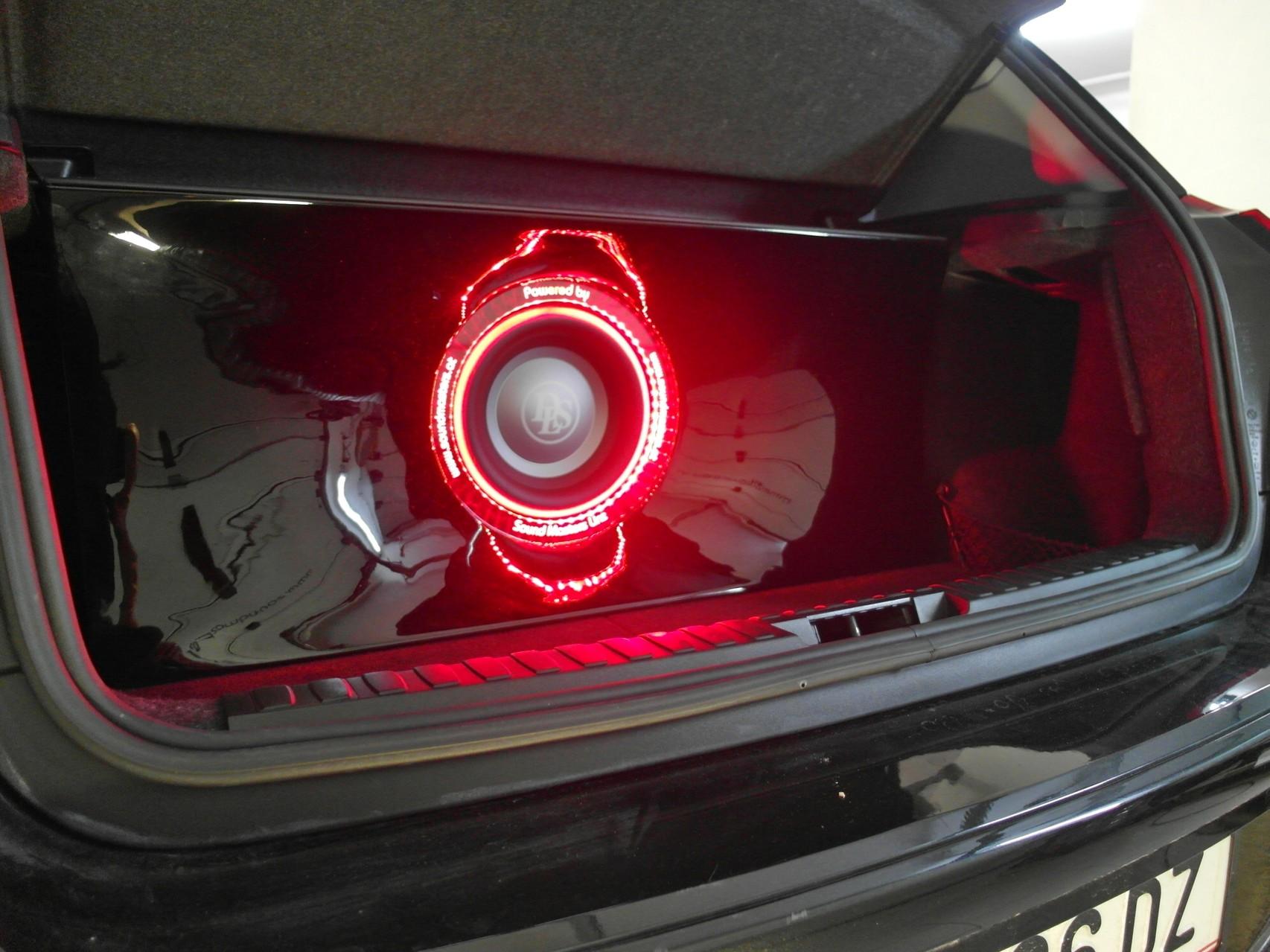 BMW 1er (E87) - Klavierlack-Subwoofergehäuse mit graviertem Acrylglas-Ring