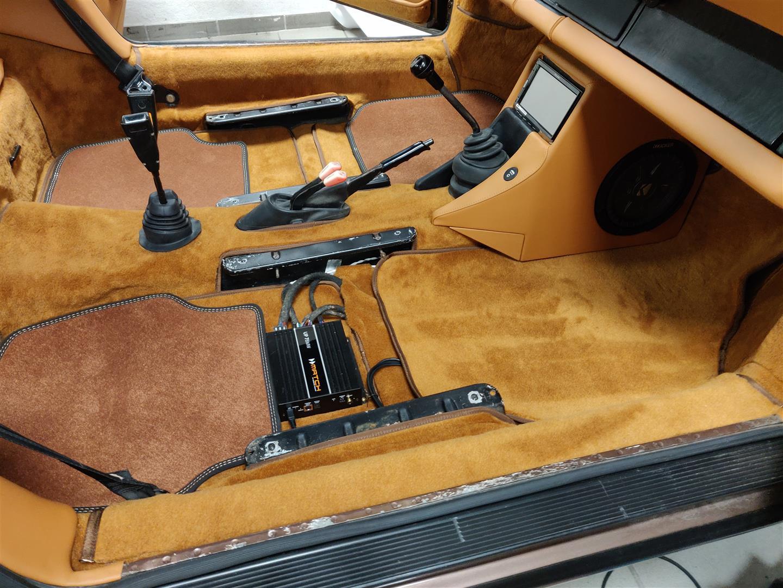 Der DSP-Verstärker ist unter dem Beifahrersitz montiert.