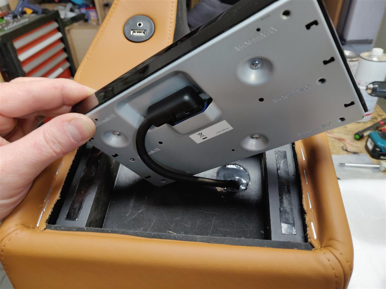 Nur das Radio-Display ist ins Woofergehäuse eingebaut. Das Radio selbst ist im Armaturenbrett.