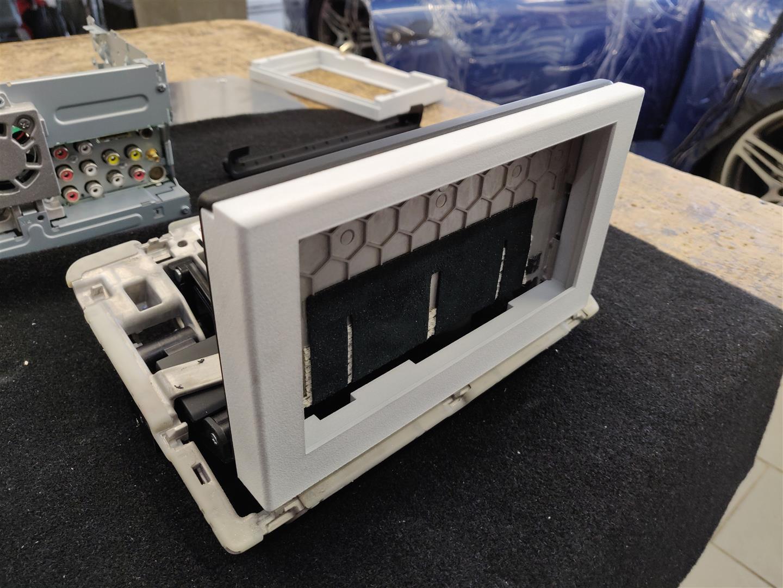 Monitor-Einhausung mit dem 3D-Drucker ausgedruckt und auf Mechanismus gesteckt.