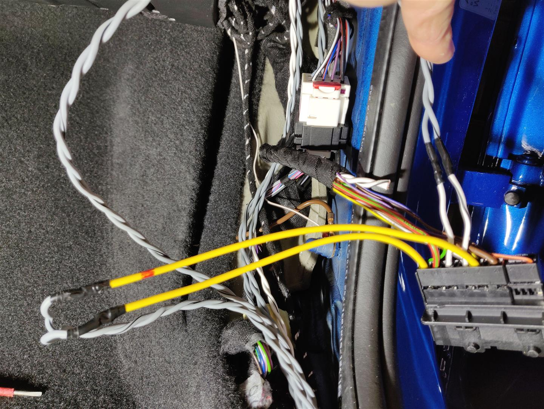 Zusätzliche Lautsprecherkabel müssen in die Türen eingezogen werden. Das geht nur mit neuen Steckkontakten.
