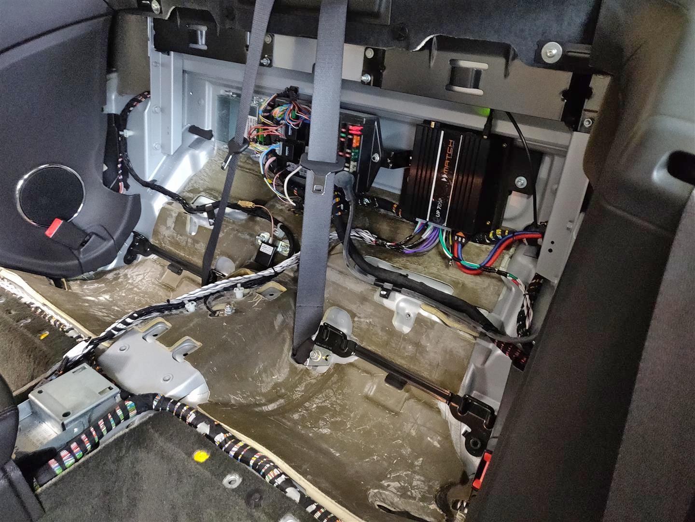 Die DSP-Endstufe ist hinter der Rücksitzlehne montiert