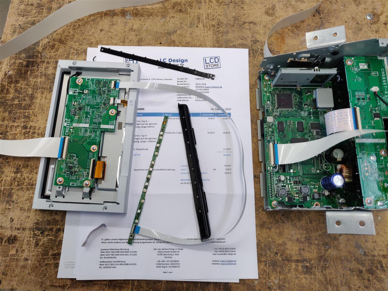 Radio, Display und Tastenfeld wurden über Flachbandkabel ausgelagert.