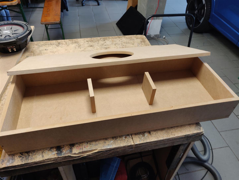 Das Subwoofergehäuse ist auf MDF-Platten gefertigt und baut extrem flach.