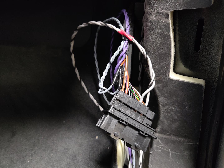 Die neuen Lautsprecherkabel werden im Türstecker eingepinnt.