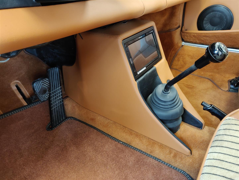 Die neu gestaltete Mittelkonsole beherbergt das Radio-Display und den Subwoofer.