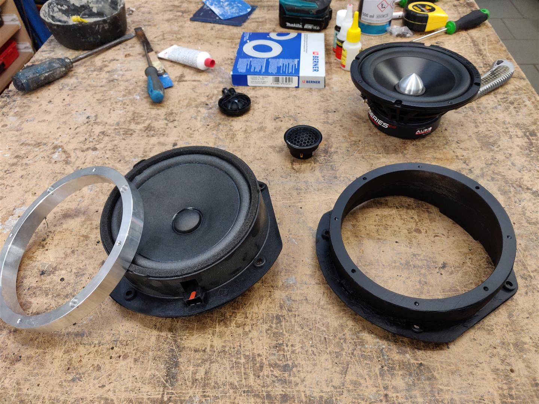 Aus dem originalen linken Tieftöner und dem Alu-Ring wurde ein neuer Adapterring (rechts) für den Upgrade-Tieftöner gefertigt.