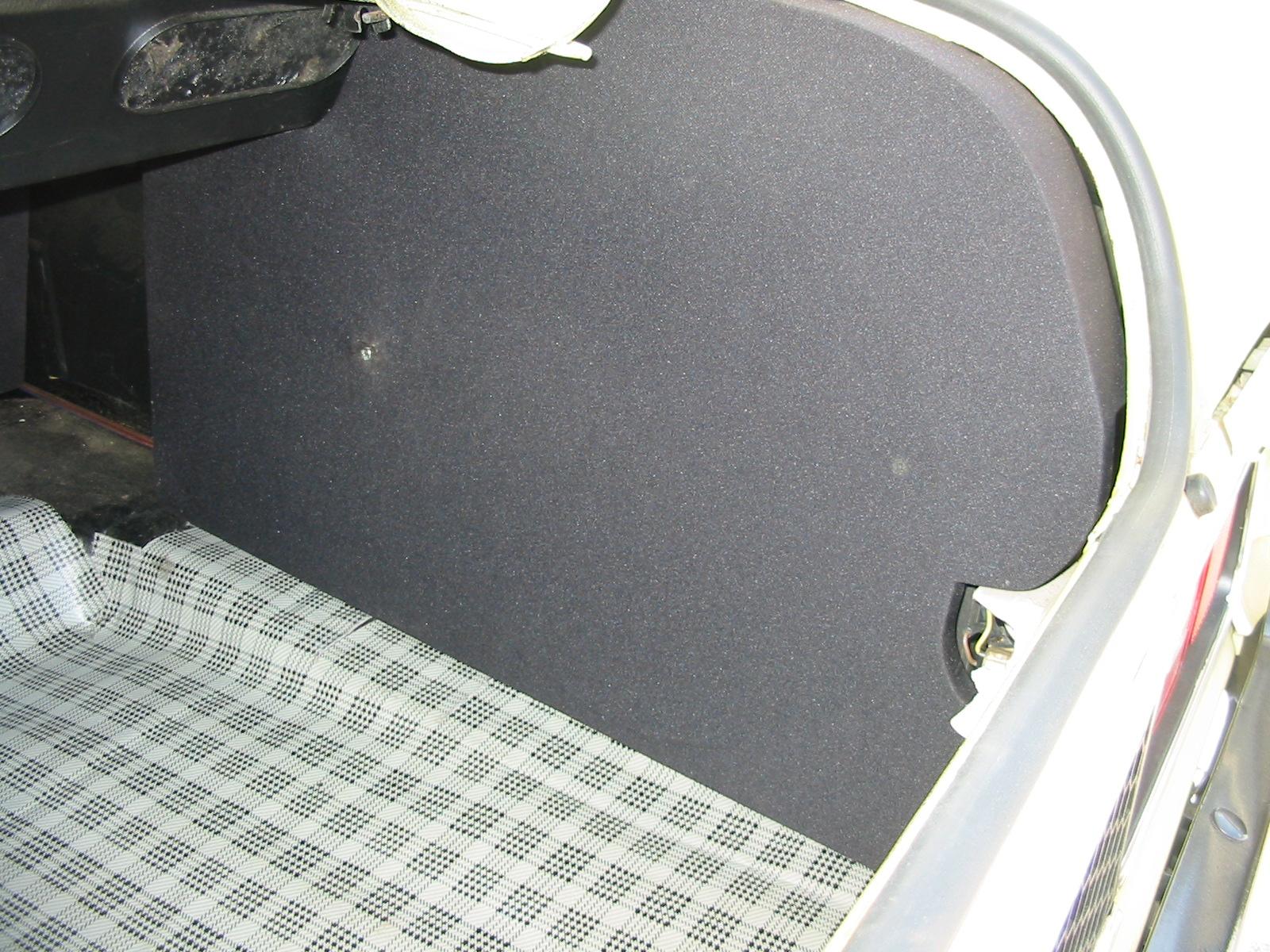 Subwoofer versteckt hinter Akustikstoff
