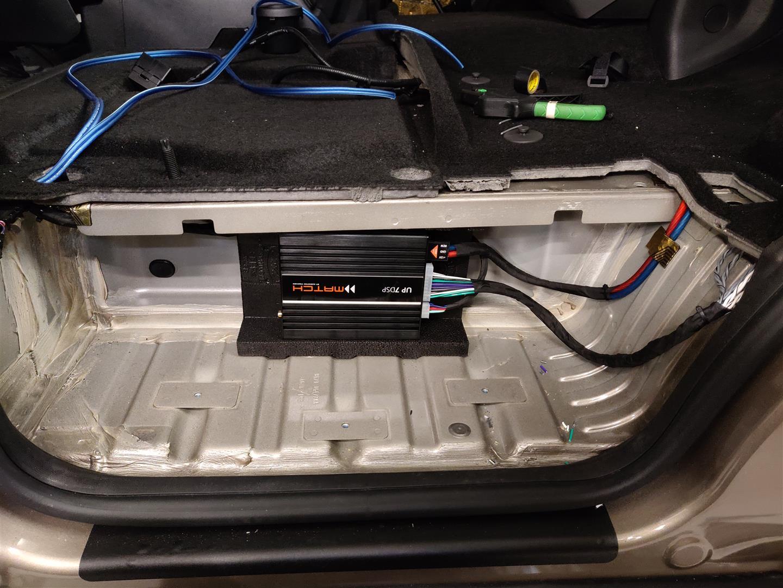 Ford Tourneo - DSP-Verstärker hinter Einstiegsleiste Beifahrerseite