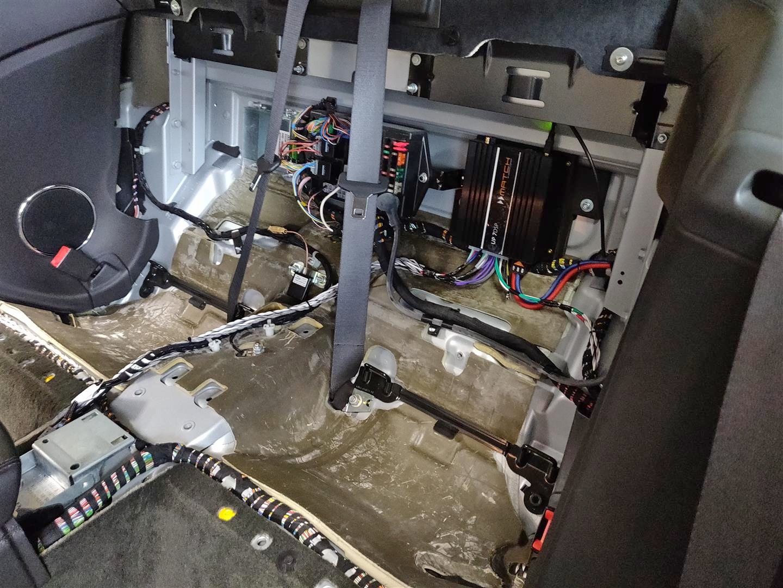 Jaguar XK (X150) - DSP-Verstärker hinter Rücksitzlehne