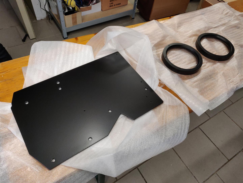 Verstärker-Montageplatte und Lautsprecherringe sind Pulverbeschichtet.