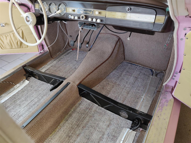 Alle Kabel sind unter dem Teppich am Boden angeklebt