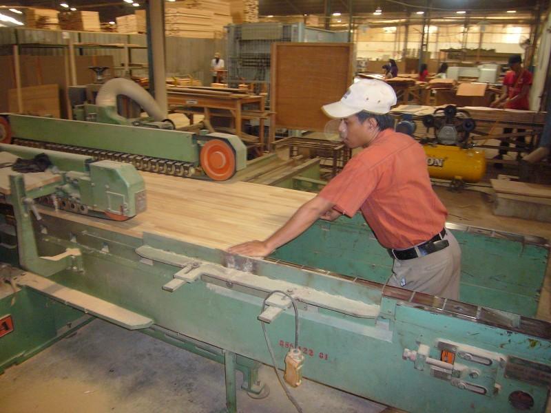 ダブルエン機という機械で、幅の広い材の幅を決め