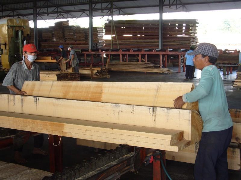 手作業で厚板を運ぶこともあり、製材は簡単ではない