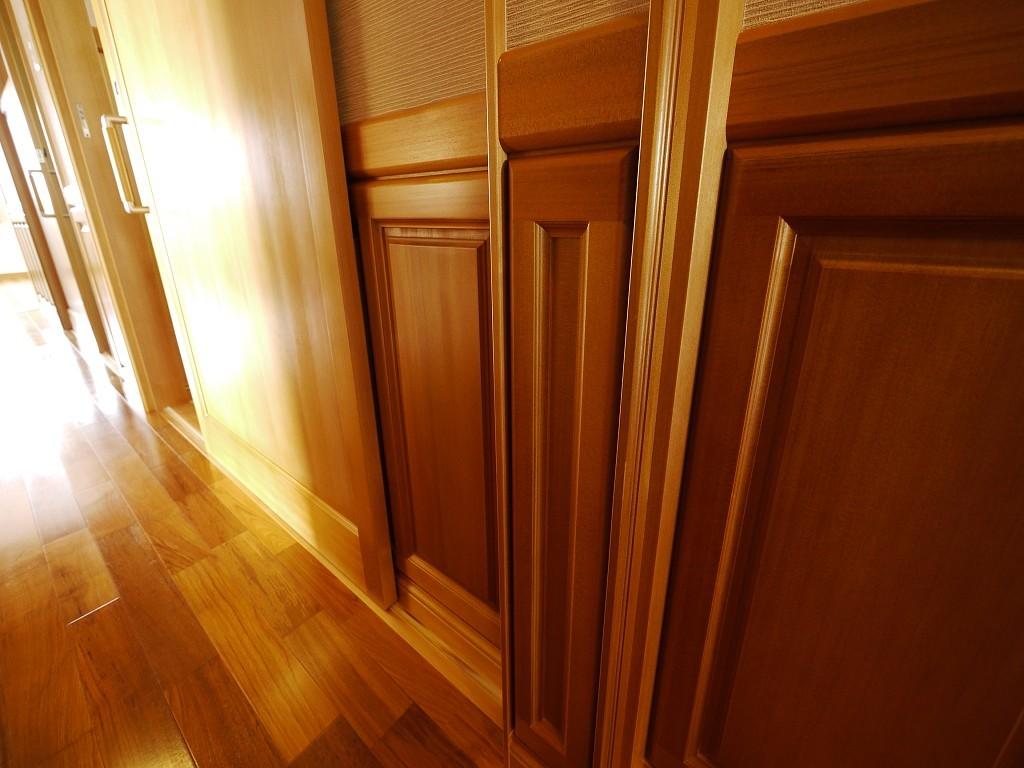 腰板一枚一枚に職人の技が光る  撮影協力:奥山木工(有)