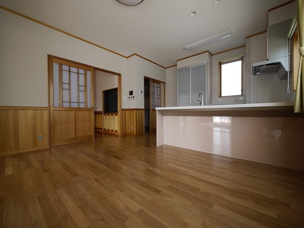 洋風のお部屋には、ノーブルなアガチスの扉や腰板が似合う  撮影協力:奥山木工(有)