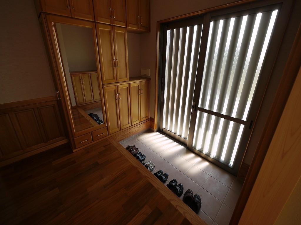 スタイリッシュな玄関に映える、アガチスの靴箱  撮影協力:奥山木工(有)