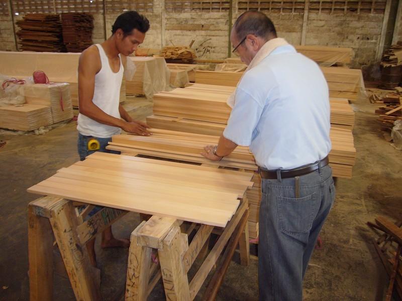 検品は最も神経を使う作業。ここで木材のグレードが分けられる