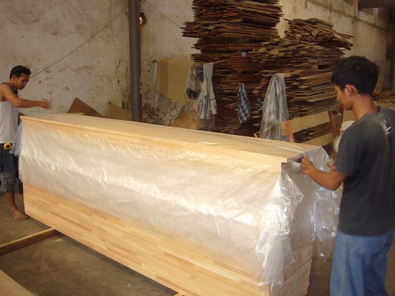検品された板は、それぞれ丁寧にビニールで包む