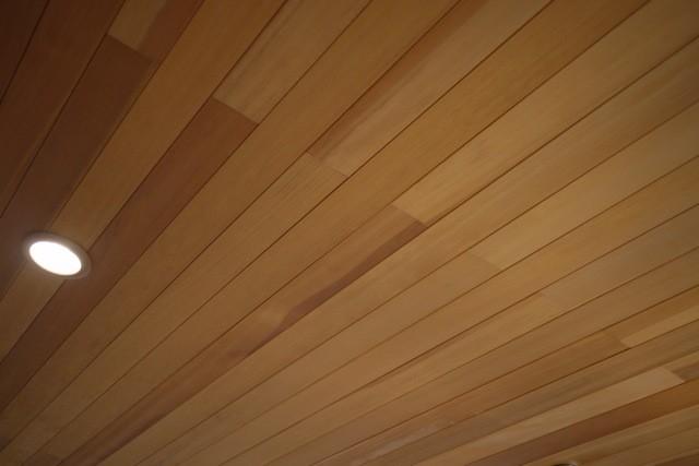 天井に用いたアガチスの羽目板  撮影協力:茨城木工(株)