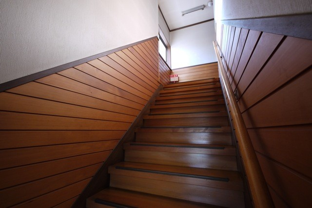 ノーブルな風合いが美しいアガチスの階段  撮影場所:滝口木材本社