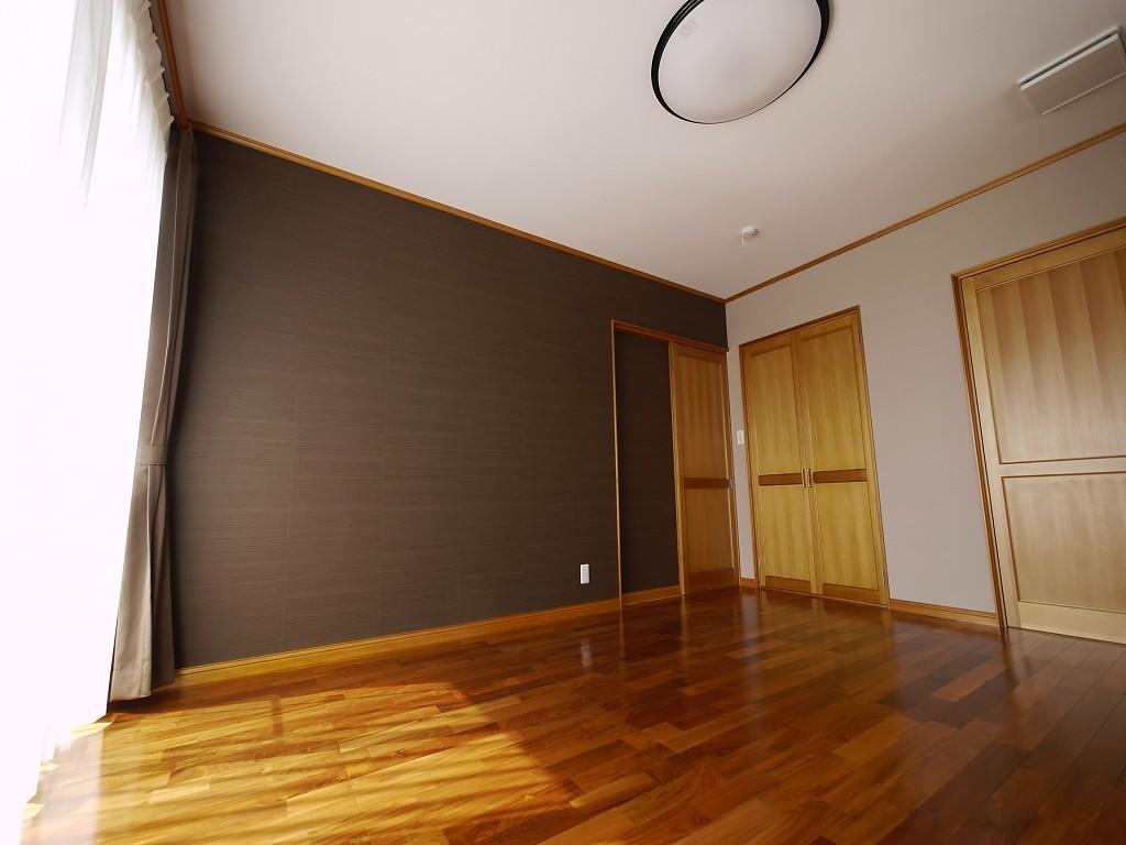主寝室。グレーの壁紙とのコントラストがスタイリッシュ  撮影協力:奥山木工(有)