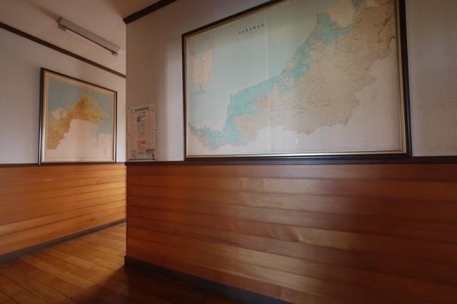 時間が経過することで飴色に光るアガチスの腰板  撮影場所:滝口木材本社