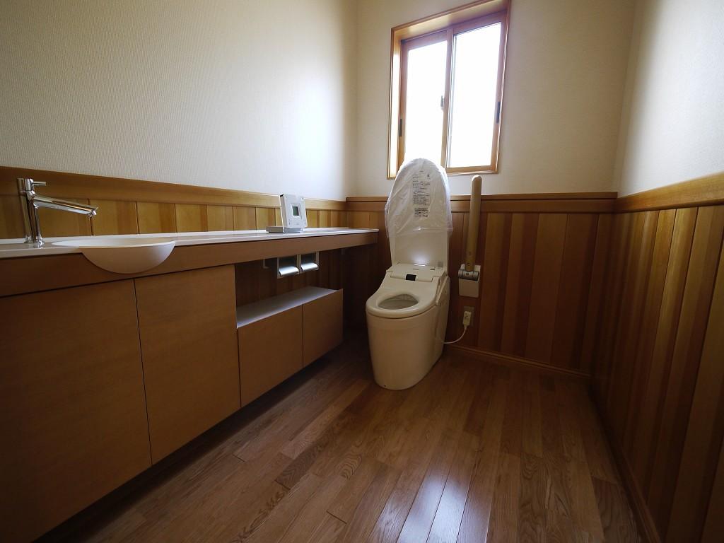 広いトイレの壁に使用されているアガチス。清潔感を漂わせている  撮影協力:奥山木工(有)