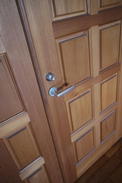 毎日触れるドアは使うほどに手になじんでゆく  撮影場所:滝口木材本社