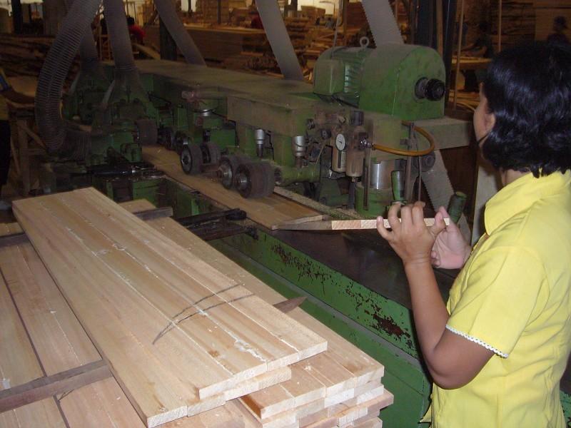 モルダーという機械を使って、まずは幅を決める
