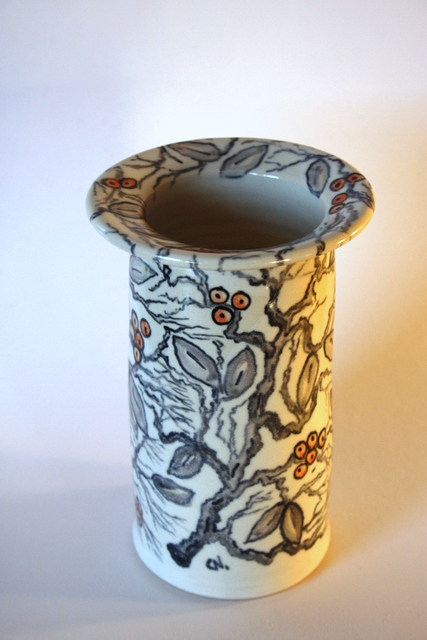 Handbemaltes Ästchen- und Schlehendekor auf Vase