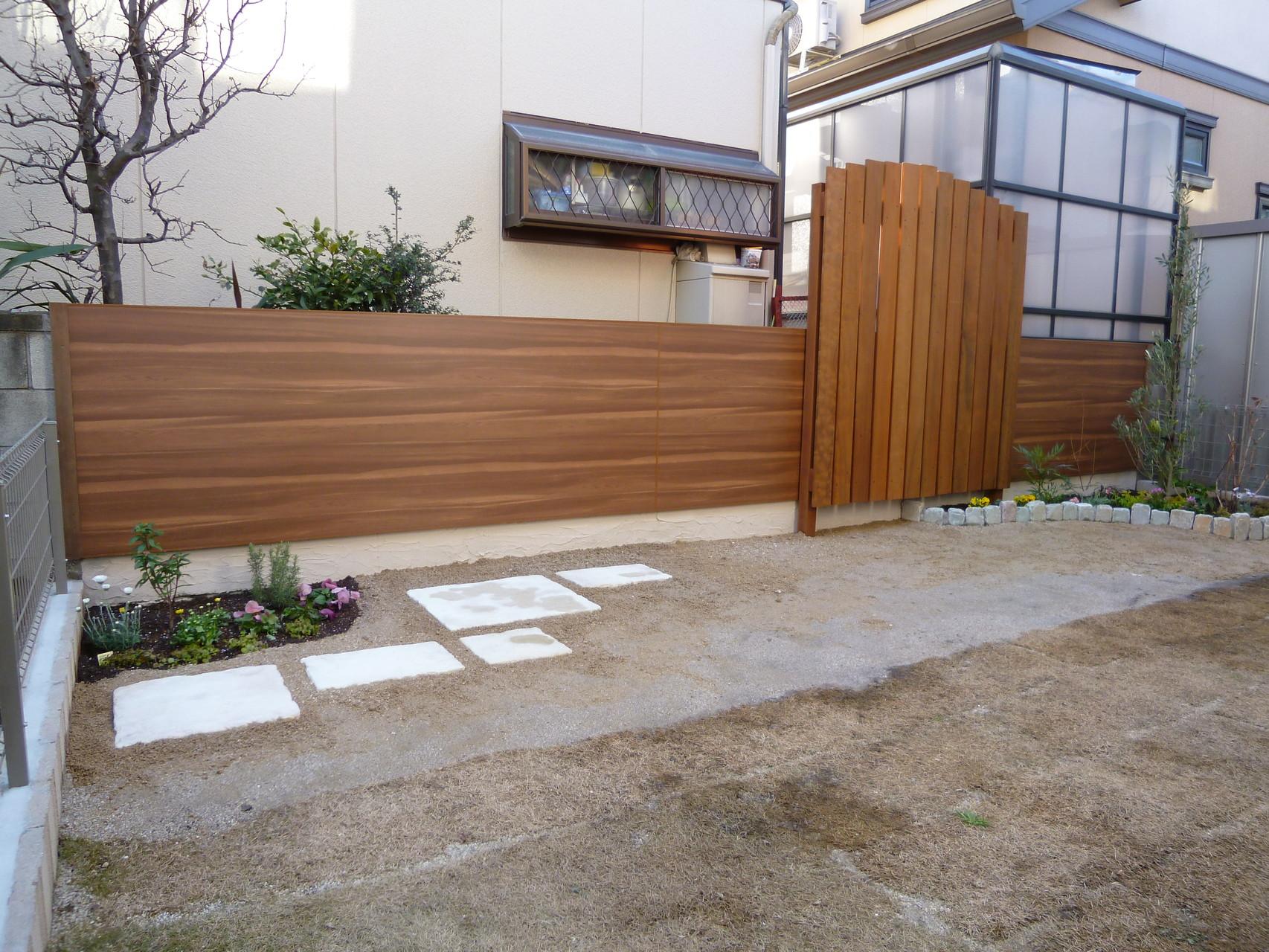 施工後エバーアートパネル・イタウバ材フェンス