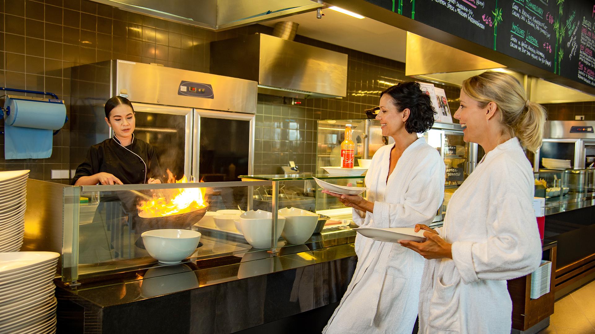 In den Restaurants werden auch Wok-Gerichte kredenzt.