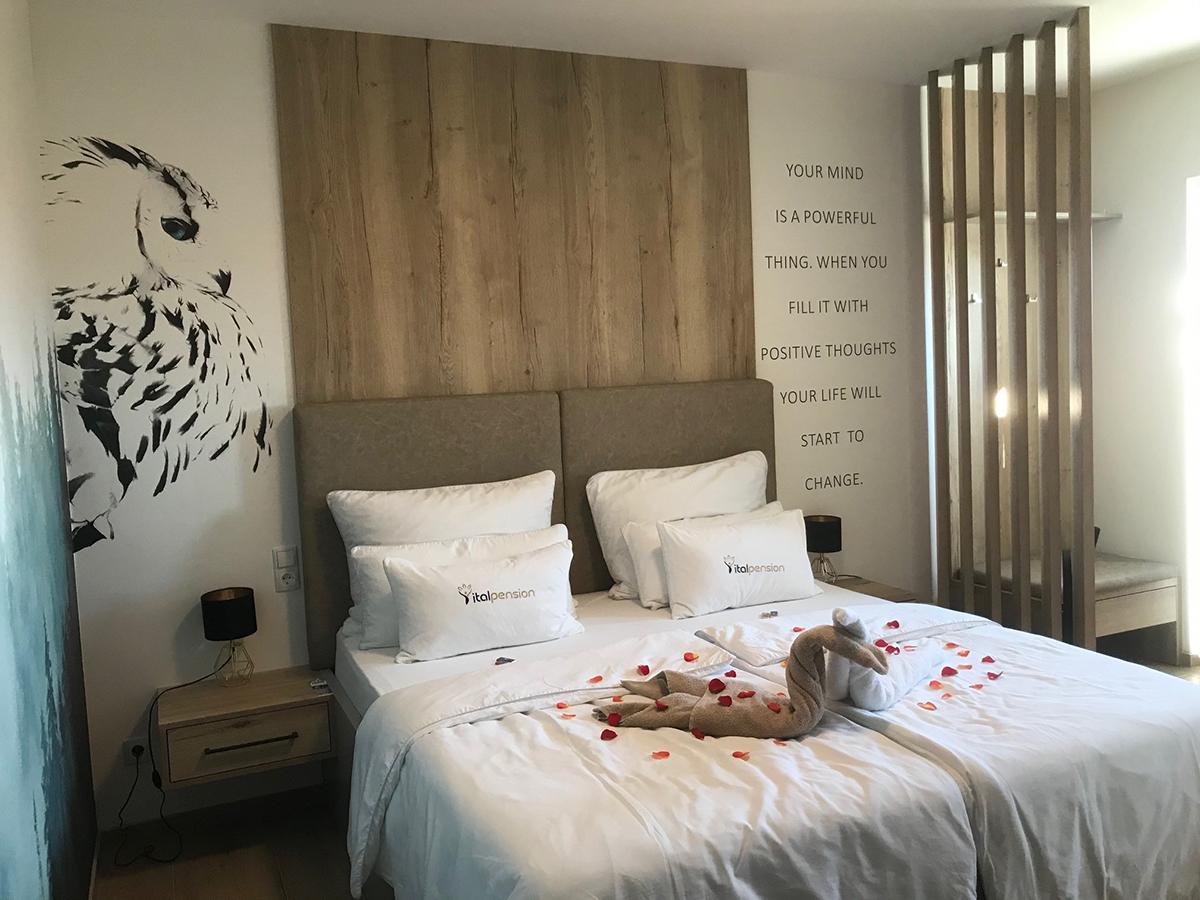 Rosenblätter am Bett