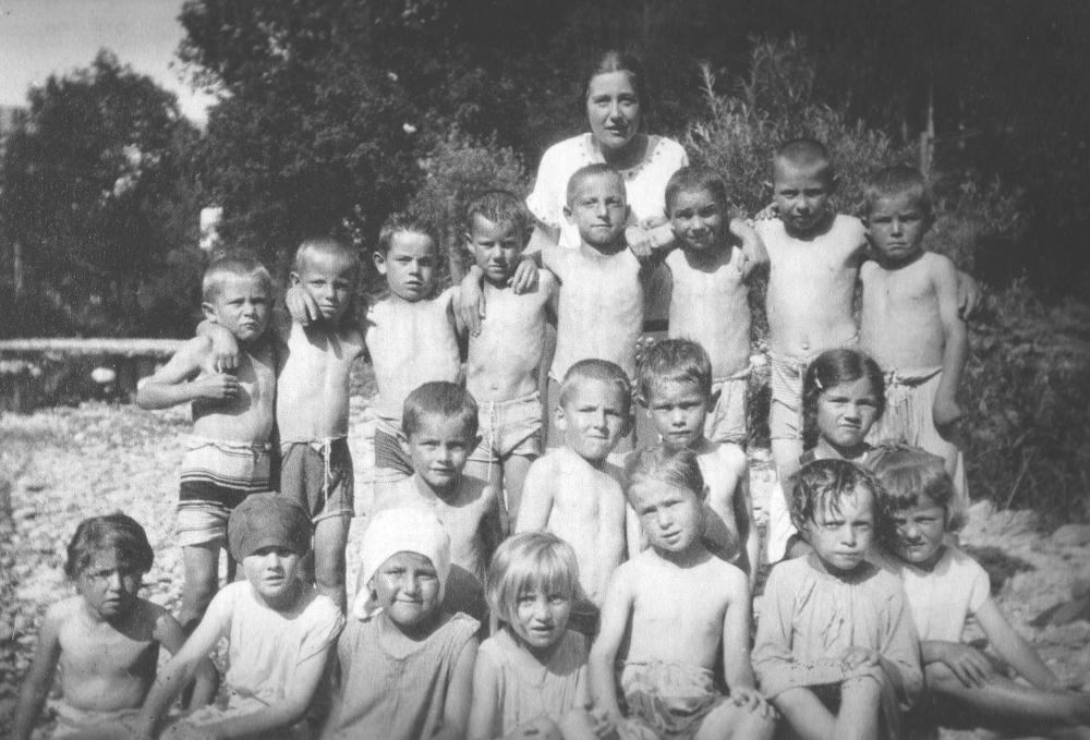 Die Schulklasse Jahrgang 1920 an der Glatt mit Frl. Marie Kunz