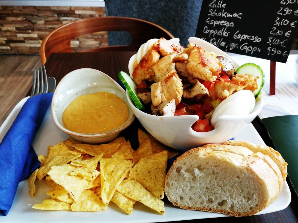 Kleiner Hähnchensalat mit Nachos und originalen holländische joppie Sauce