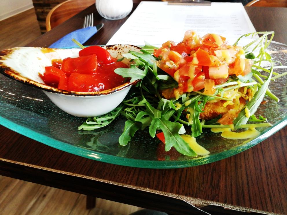 vegetarisches Schnitzel mit Kartoffelkruste und hausgemachtem Salsa-Dip