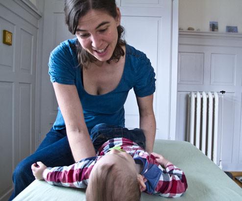 Craniosacral Therapeutin Esther Mathis in ihrer Praxis in Winterthur bei der Behandlung eines Kleinkindes.