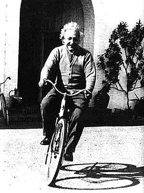 Albert Einstein à vélo a Santa Barbara Californie 1933