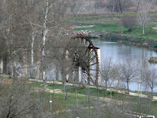 "rekonstruierte ""Noria"" am rechtsufrigen Tajo unweit der modernen Alcantarabrücke"