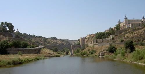 idem, entferntere Aufnahme von der modernen Arzaquiel-Brücke aus