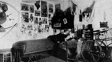 Alfred Jarrys Schlafzimmer mit Fahrrädern ca.1896