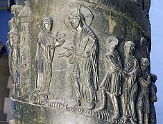 Bernwardsäule Hildesheim Bronze 1115-22; Detail mit Christus u. Ehebrecherin (zweiphasig)