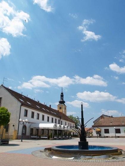 Wiedmer's Centrum Mundi-Brunnen am Platz des Weltmittelpunktes von Ludbreg in Kroatien