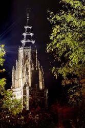 der nächtliche Kathedralturm Toledos