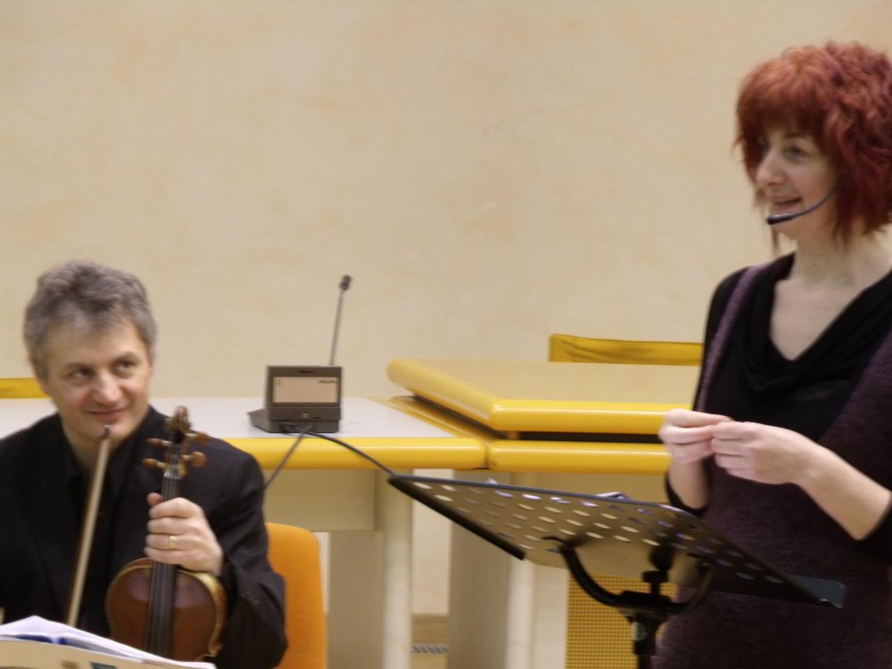 Il violino di Ettore Begnis colora le parole e i sorrisi di chi ascolta.