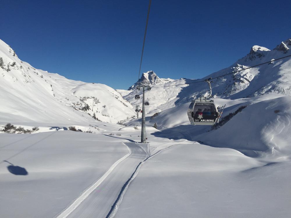Skilehrer, Skiführer und Bergführer aus Lech und dem gesamten Arlberggebiet blicken über die verschneiten Pisten.