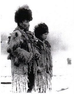 Häuptling George von den Squamish (Sḵwx̱wú7mesh) im Südwesten British Columbias und seine Tochter, 1908